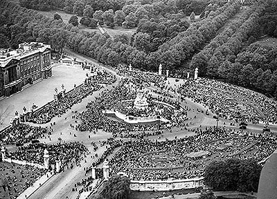 VE Day crowds gather outside Buckingham Palace